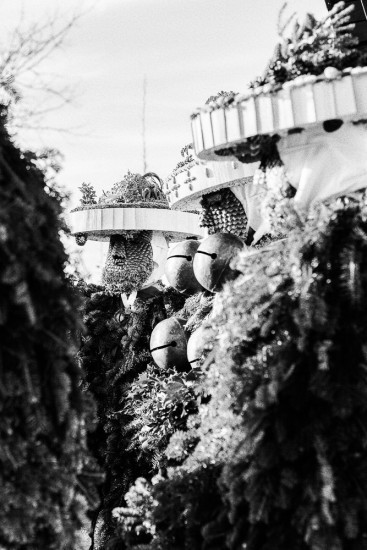 Silvesterchläuse singen vor einem Haus.