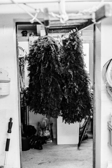 Kostüme aus Tannenreisig hängen in der Garage.
