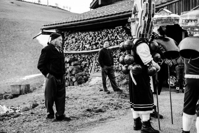 Bauer mit Zipfelmütze lauscht dem Zäuerli.