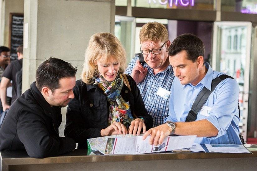 Leute studieren den Stadtplan von Bern.