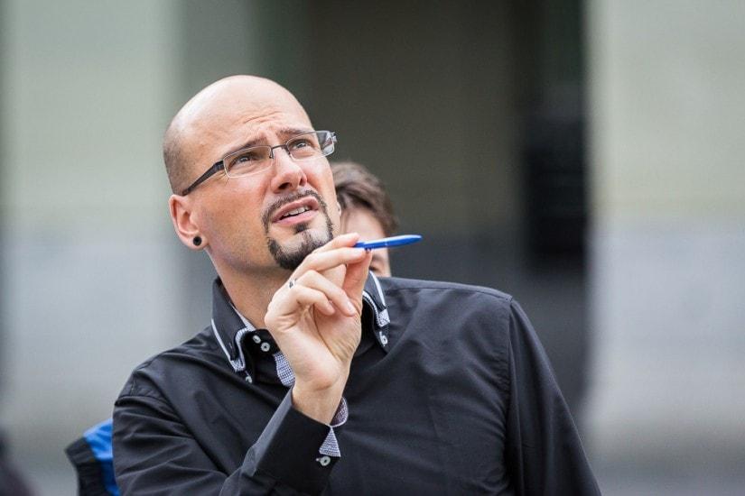 Mann mit Brille zählt etwas.