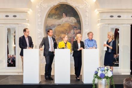 5 Personen auf dem Podium. Christine Maier als Moderatorin.