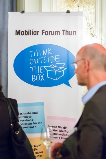 """Banner mit dem Spruch """"think outside the box"""""""