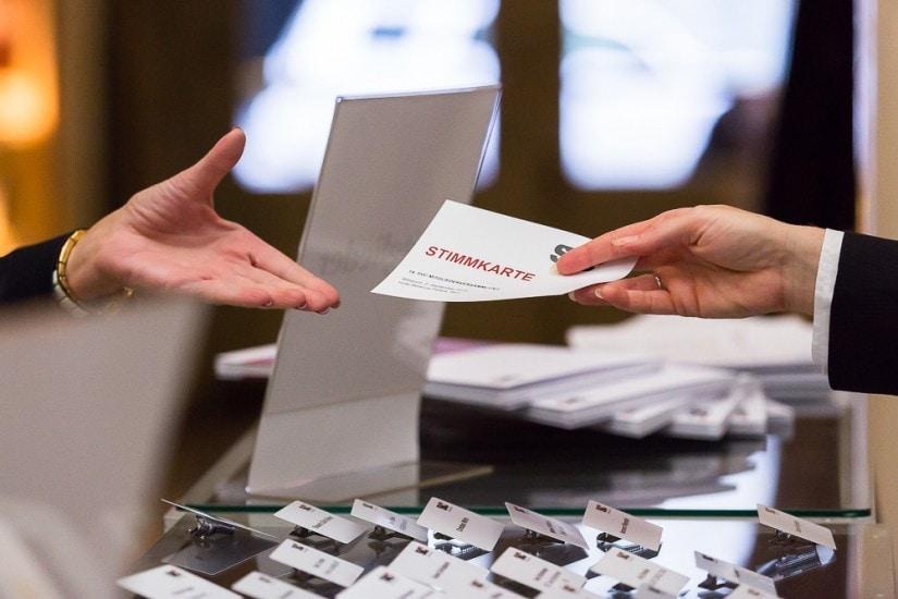 Stimmkarten Übergabe bei der Hauptversammlung vom Swiss Venture Club.
