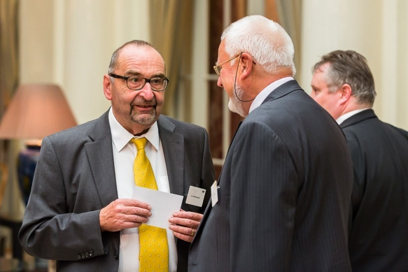Zwei Männer im Anzug diskutieren miteinander.