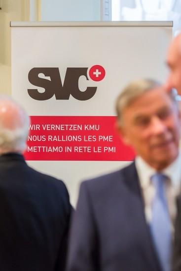 Banner mit SVC Logo, davor unscharfe Personen.