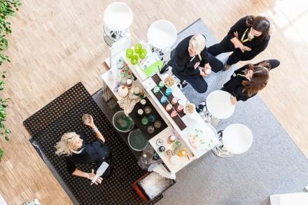 Bar von oben mit Gästen und Barfrau.