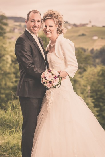 Brautpaar umarmt sich.