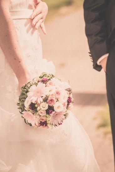 Braut hält ihren Brautstrauss.