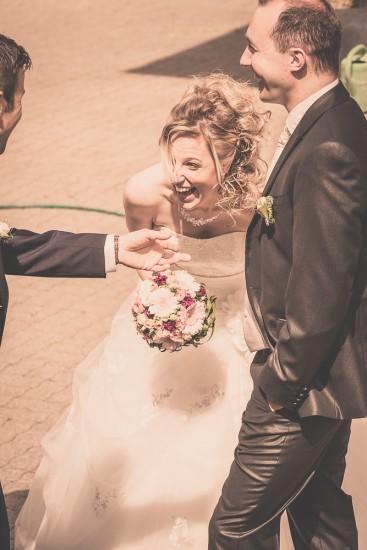 lachende Braut.
