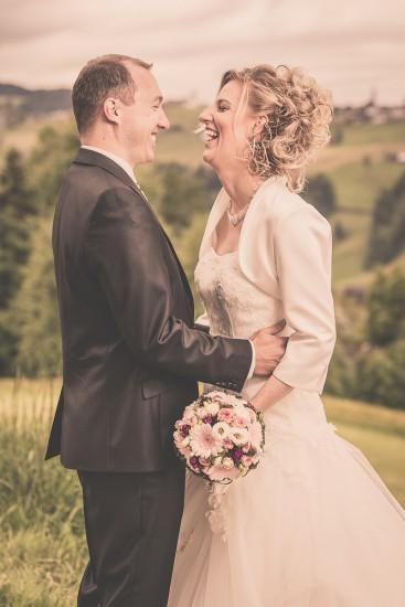 lachendes Brautpaar beim Brautpaarshooting.