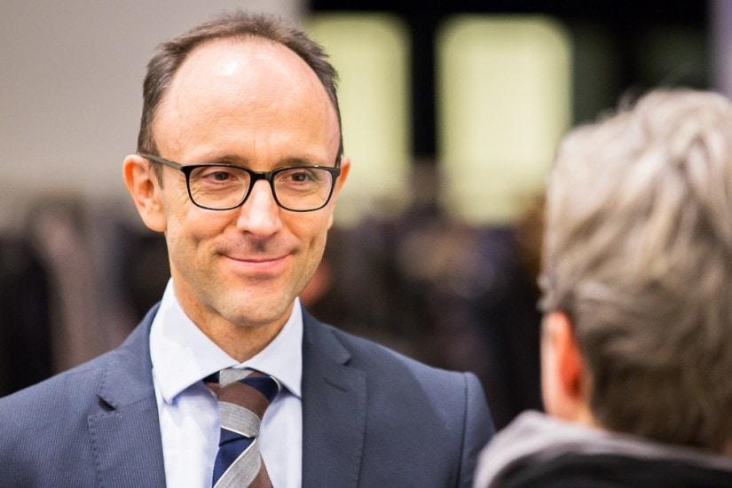 Mann mit schwarzer Brille und Krawatte.