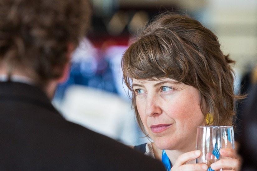 Frau mit Glas.