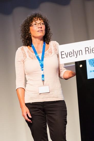 Frau auf einer Bühne mit Headset.