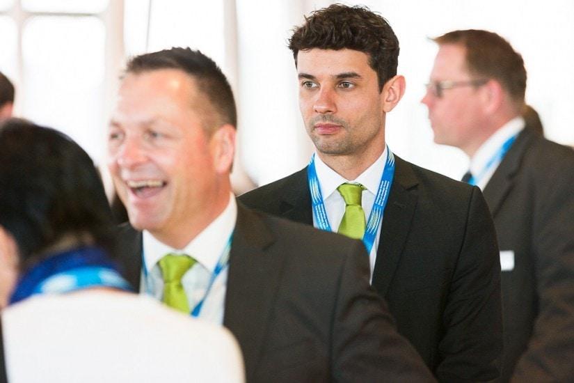 Mann mit grüner Krawatte.