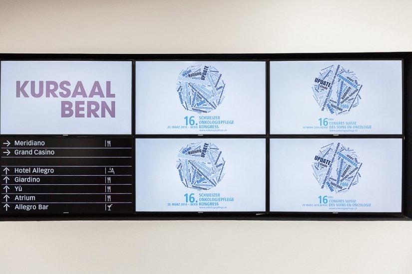Lobbybildschirm mit Kongressinfos.