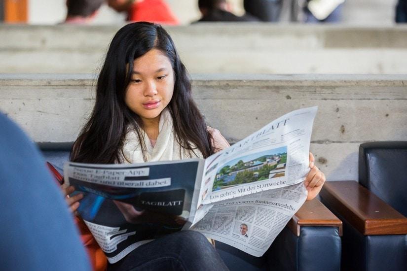 Frau liest eine Zeitung.