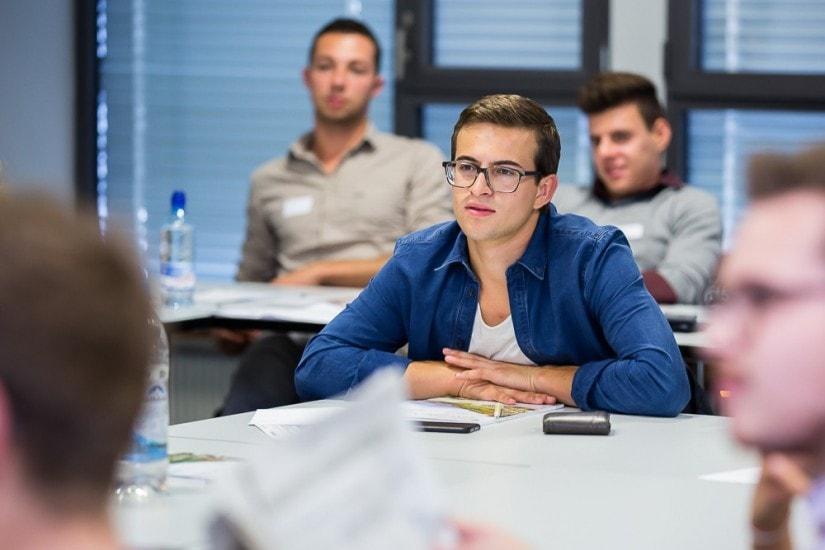 Lachende Studenten in einem Raum.