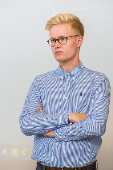 Student mit Brille und Hemd.