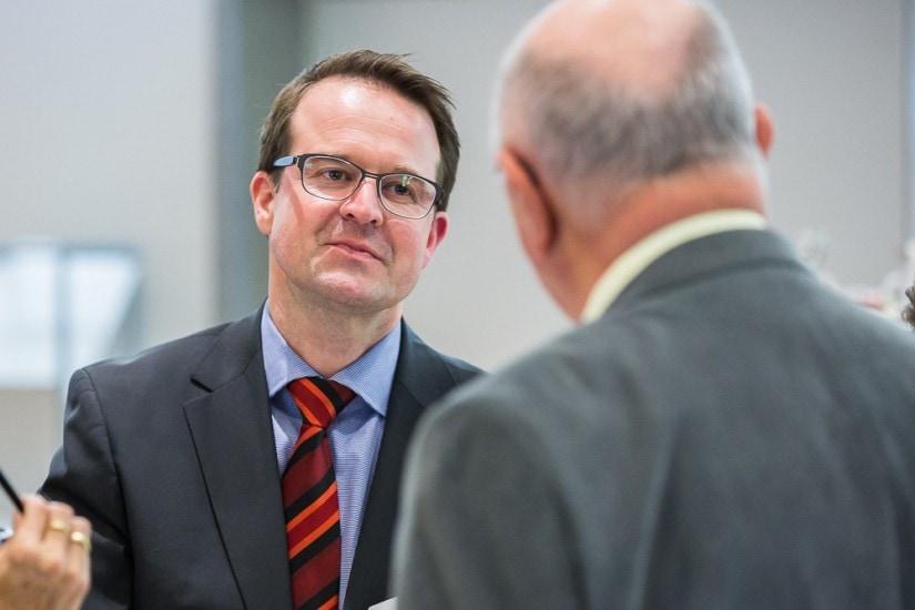 Zwei Männer bei einer Diskussion.