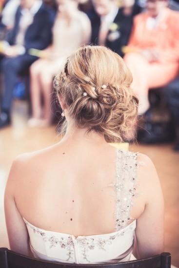 Braut von Hinten, mit schöner Hochsteckfrisur.