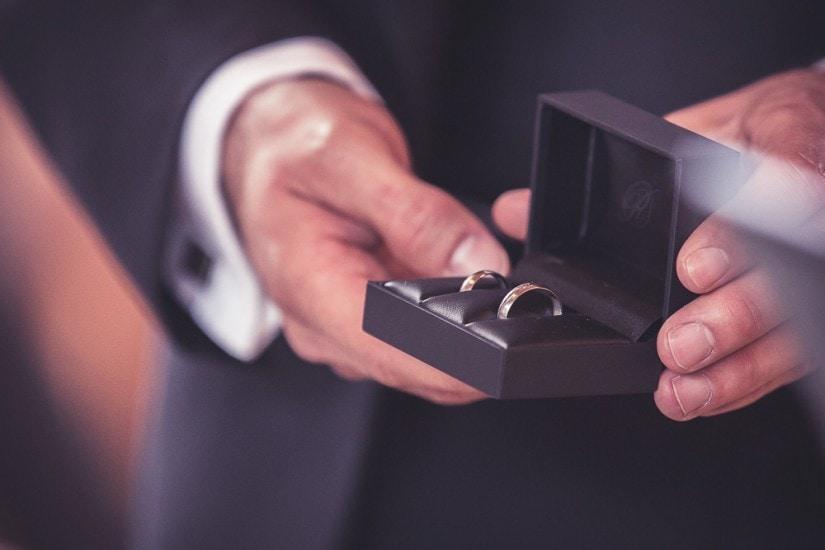 Hochzeitsringe in der Schatulle.