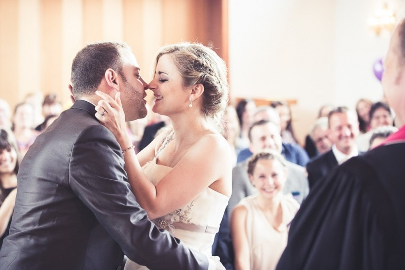 Hochzeitspaar küsst Sicht bei der Trauung.