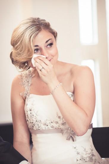 Weinende Braut trocknet sich die Tränen mit einem Taschentuch.