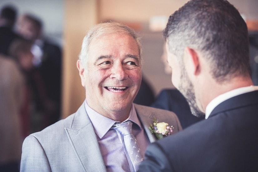 Brautvater gratuliert Bräutigam.
