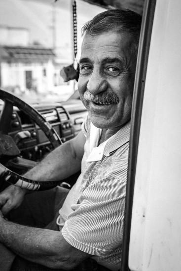 Porträt von einem lachenden Lastwagenchauffeur