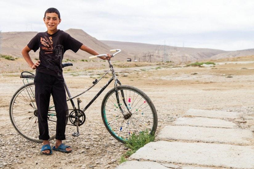 Junge mit einem alten Fahrrad.
