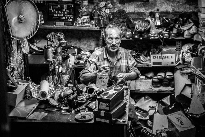 Türkischer Schuhmacher in seiner Werkstatt.