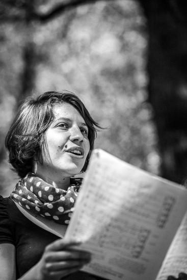 Sängerin mit Notenblatt.