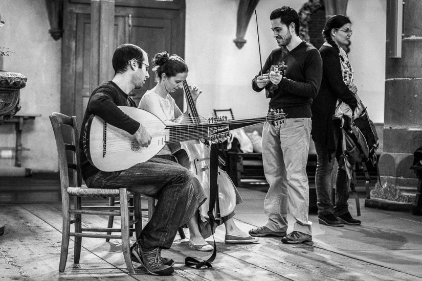 Musiker in einer Kirche.