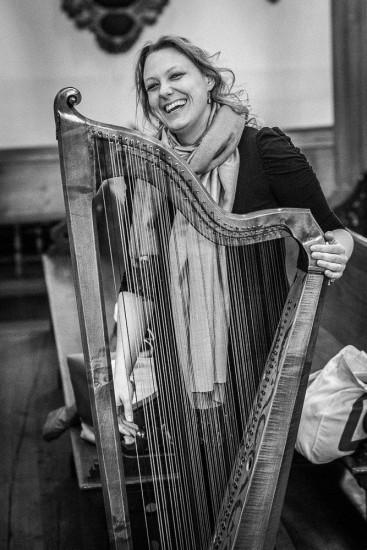 lachende Harfenspielerin.