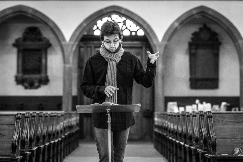 Dirigent in einer Kirche.