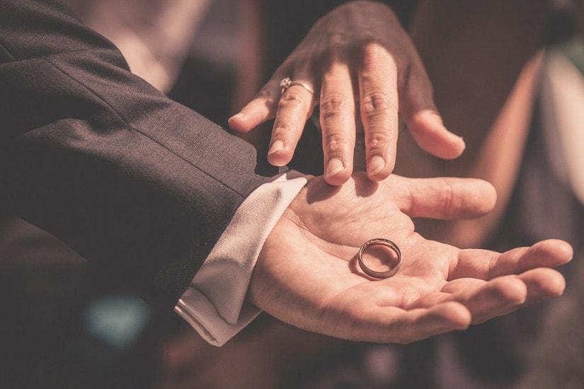 in einer Hand liegt ein Ring.