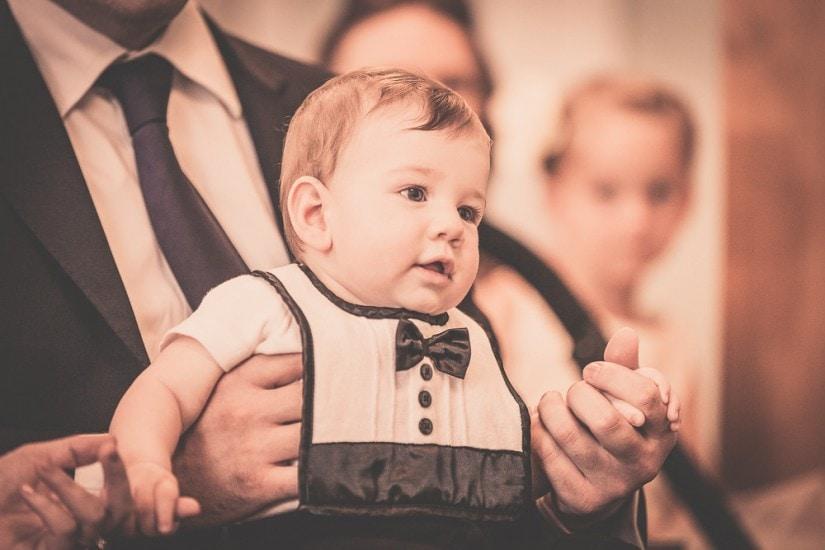 Baby im Standesamt mit Anzug.