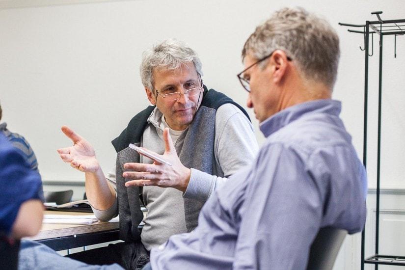 Diskussion zwischen zwei Männern.
