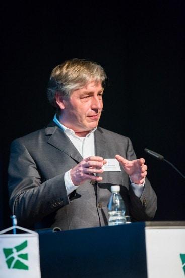 """Mann namens """"Prof. Dr. Klaus Wilhelm Wellershoff"""" auf einem Podium."""