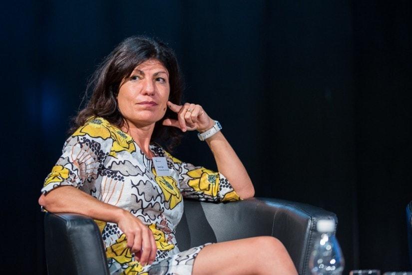 """Frau namens """"Susanne Giger"""" bei einer Podiumsdiskussion."""