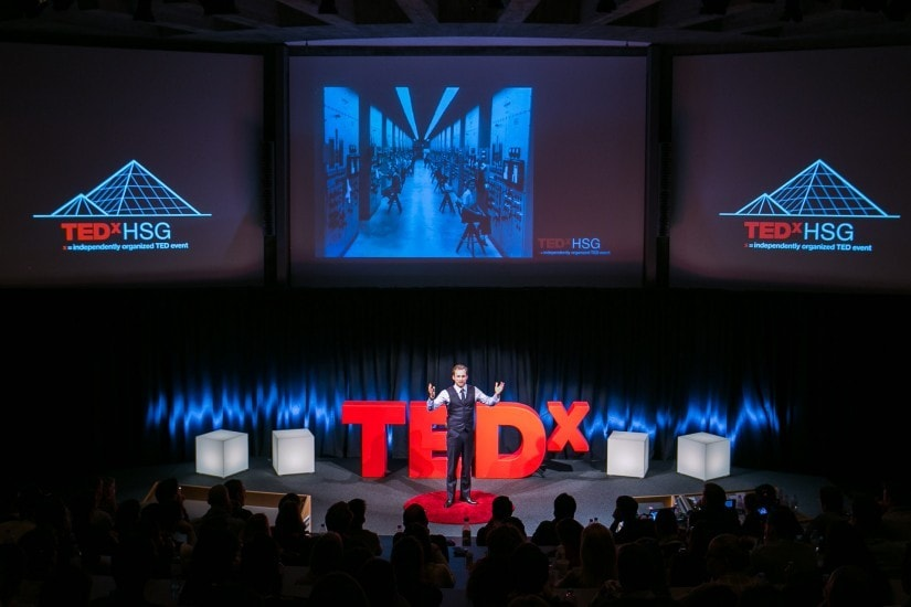 "Mann namens ""Fabian Westerheide"" auf der TEDx Bühne."