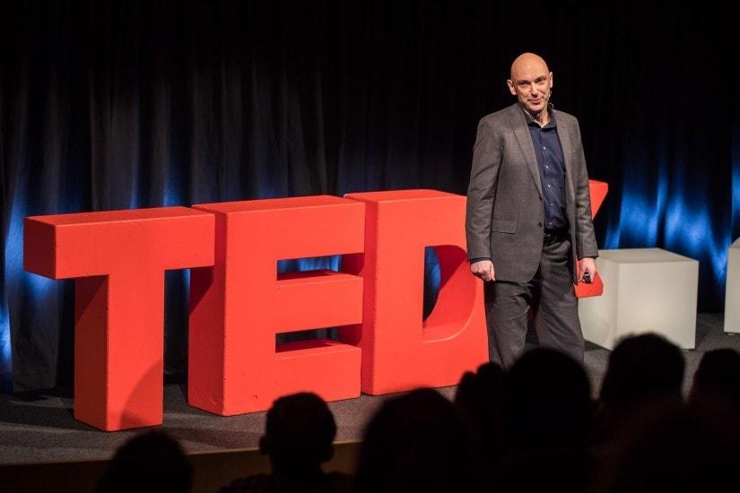 """Mann namens """"Shaun Attwood"""" auf der TEDx Bühne."""