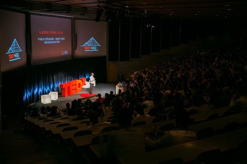 """Frau namens """"Dr. Laura Penn"""" auf der TEDx Bühne."""