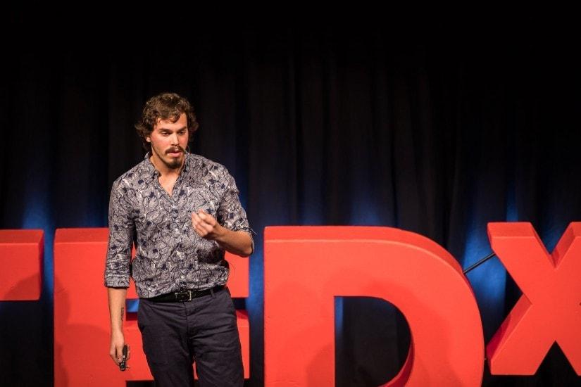"""Mann namens """"Marcelo Bertorelli"""" auf der TEDx Bühne."""