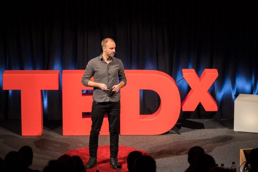 """Mann namens """"Gustav Borgefalk"""" auf der TEDx Bühne."""