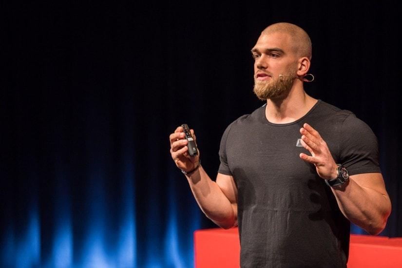 """Natural Bodybuilder namens """"Mischa Janiec"""" auf der TEDx Bühne."""