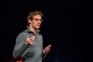 """Mann namens """"Federico Augugliaro"""" auf der TEDx Bühne."""