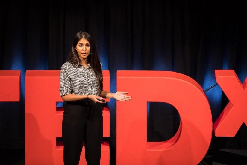 "Frau namens ""Hila Azadzoy"" auf der TEDx Bühne."