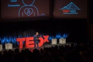 """Mann namens """"Pete Blackshaw"""" auf der TEDx Bühne."""